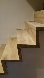 moderne trap vervangt oude steile